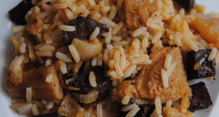 Provincia Salamanca Ingredientes 250 g. de higadillos de cordero. 250 g. de callos de cordero. 6 manitas pequeñas de cordero. 250 g. de sangre de cordero . 250 g. de arroz. 1/2 cucharilla de piment...