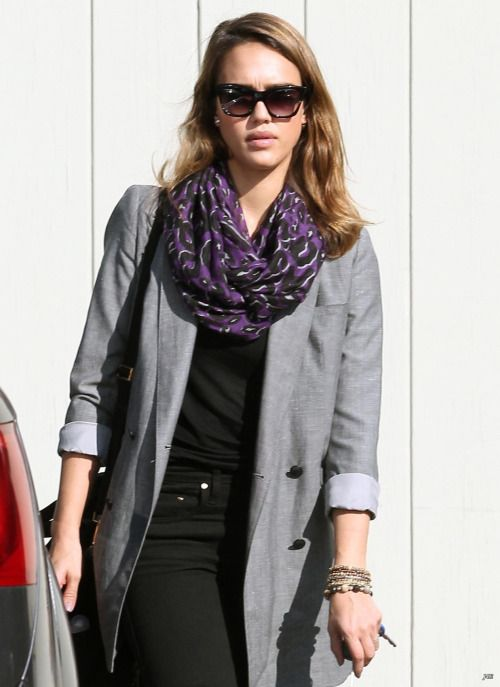 Jessica Alba, scarf