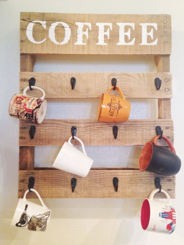 DIY Pallet Coffee Cup Holder #DIYhomedecor #homedecor http://elafris.us/