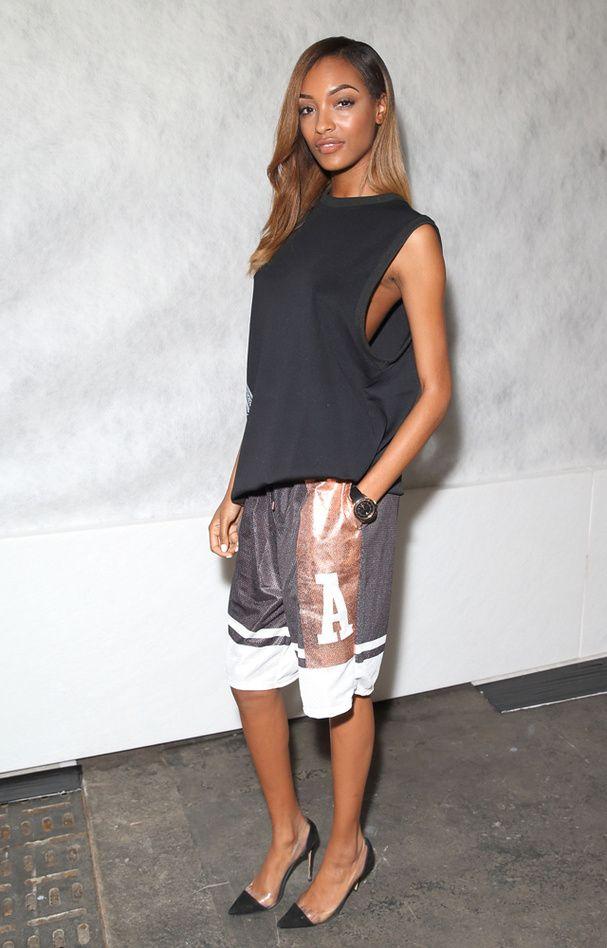Le look de Jourdan Dunn: À l'occasion de la Fashion Week londonienne, le top Jourdan Dunn est apparue vêtue d'un look boyish à souhait signé Astrid Andersen for Topman. Un short de basketball lamé et un débardeur oversize composent cette tenue sporty chic, ponctuée par une paire d'escarpins à bouts pointus