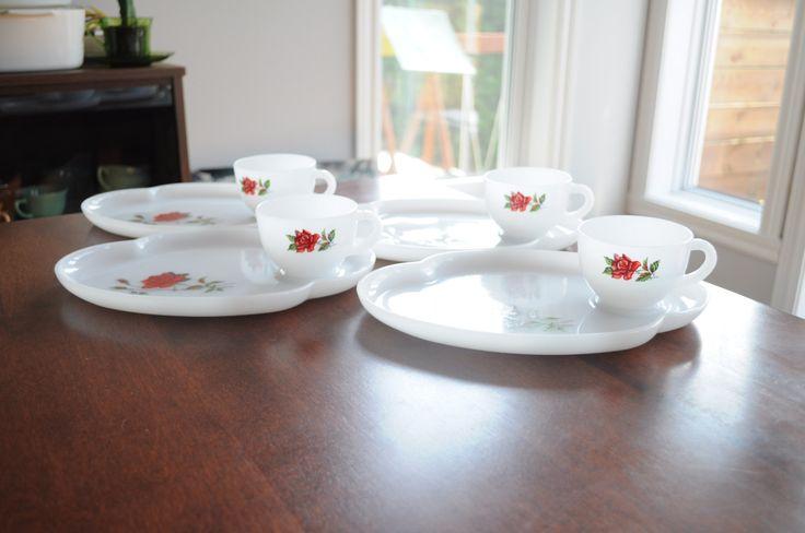 4 tasses vintage milk glass de couleur blanche avec dessin de rose de la boutique 3rvintages sur Etsy
