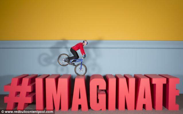 Danny MacAskill e suas manobras de bike em brinquedos gigantes