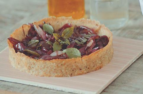 Torta de batata-doce com cebola caramelada leva pouquíssimos ingredientes!