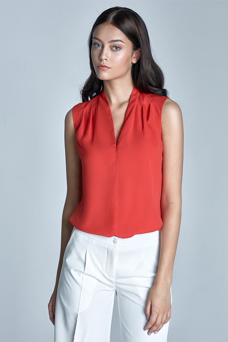 Top Nife Chantal Red Jednoduchý top/halenka v jasně červené barvě. Příjemný kousek využijete například do kanceláře, ale hodí se i na menší společenskou událost spolu s úzkou sukní a vyšším podpatkem. Výstřih do tvaru V, na ramenou decentně nabíraná v pravidelných skladech, příjemný vzdušný materiál (98% polyester, 2% lycra).