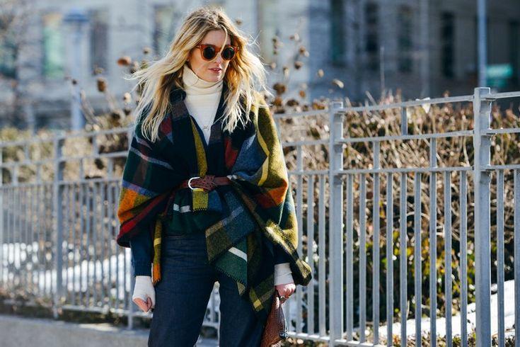 Uma das tendências mais fortes da estação outono inverno 2015-2016, são as capas e ponchos. Com quadrados check wool and casmere blanket poncho ou motivos