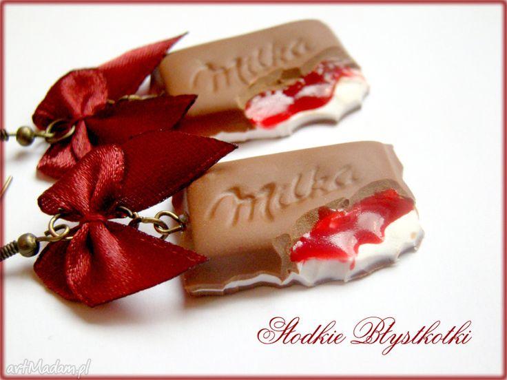 Wiśniowe czekoladki czarwoną kokardką kolczyki slodkie blyskotki
