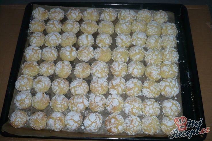 Pomerančovo-kokosové crinkles. Cukr utvoří popraskaný vzhled. Budou ještě trochu měkké, když je vyndám a po vychladnutí je naskládám do uzavíratelné dózy, aby se na vzduchu nevysušili. Autor: Lenulka