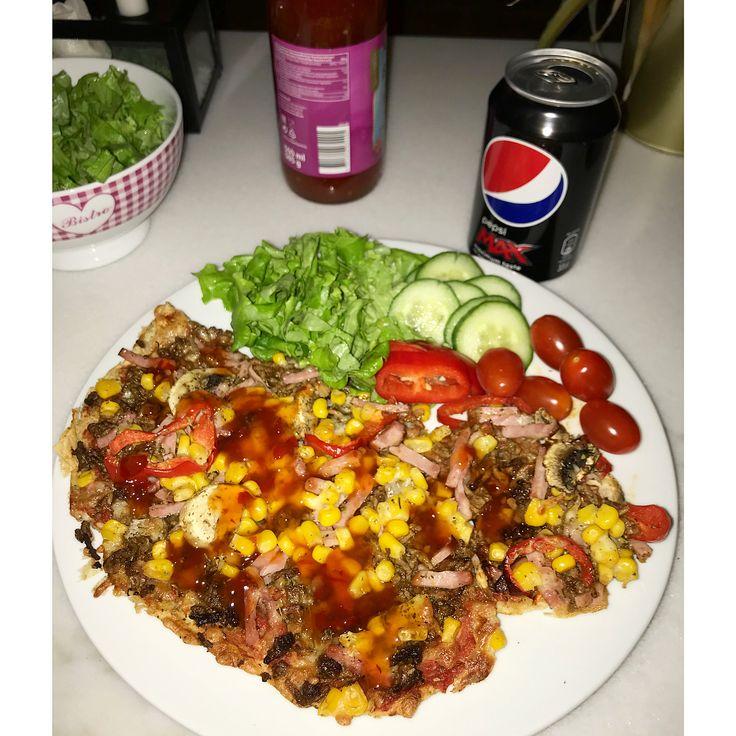 Homemade protein pizza (crust) 🤤  @ironmaxx_nutrition Protein Pizza🍕 blev positivt överraskad och hissar den helt klart! 😍👌🏻⭐️ sambon inte lika övertalad, toppad med sallad, sweetchili sås och naturell kvarg från @lindahlskvarg 🙌🏻 • • • #myrecipe #muskelmat #vitpizza #chili #tomater #gymgrossisten #muskelfoder #majs #paprika #recept #lök #ruccola #köttfärs