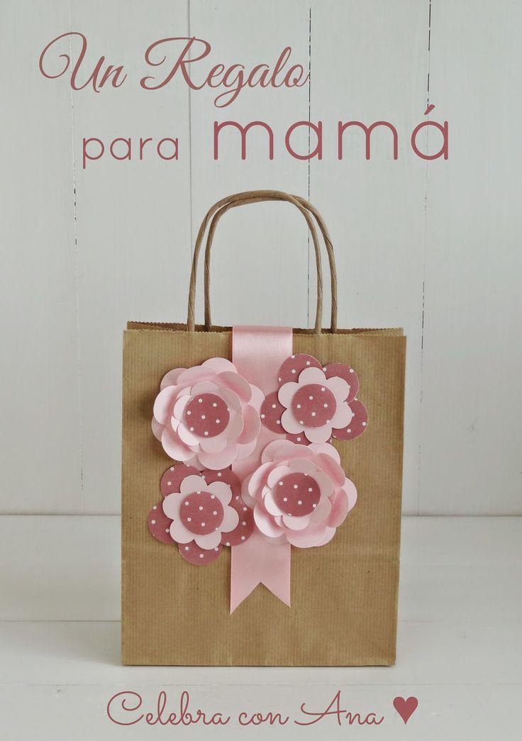 Esta bolsa no parece muy complicada para hacer DIY en casa con una cinta de raso y flores en dos tonos