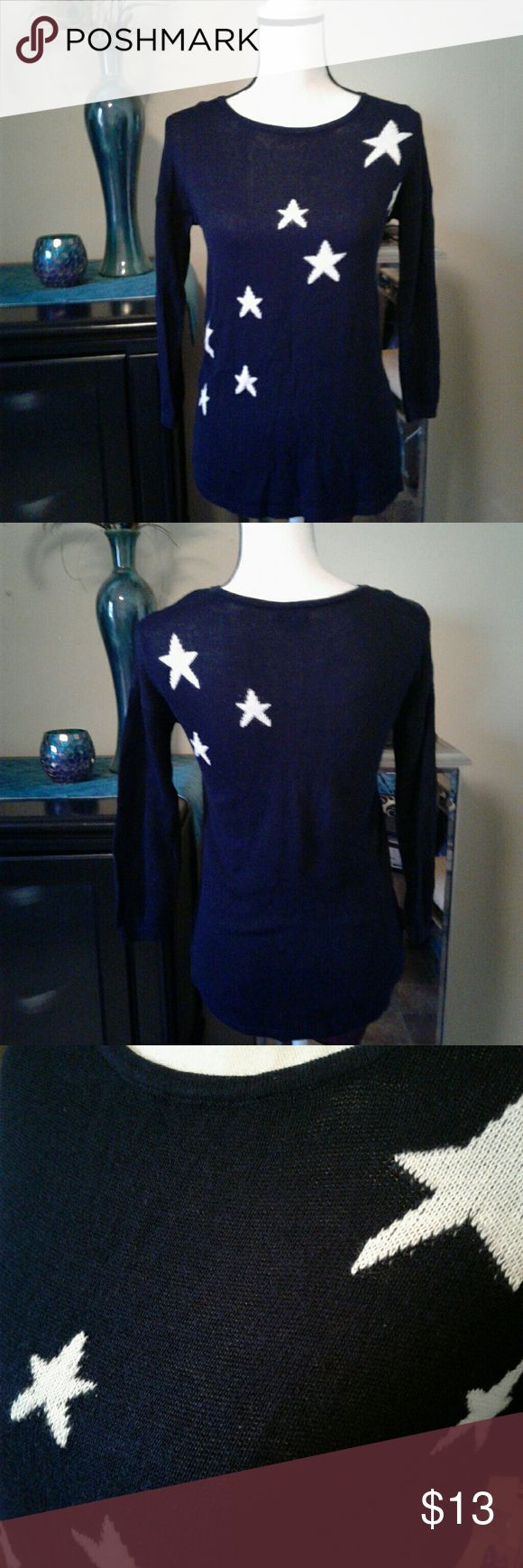 """Old Navy Star Sweater Women's like new navy Old Navy lightweight 3/4 sweater with white stars size Medium. Measurements Chest 16"""" length 24"""" sleeve 14"""". Thanks for looking Bundle to save!! Old Navy Tops Blouses #sweatersforwomen"""