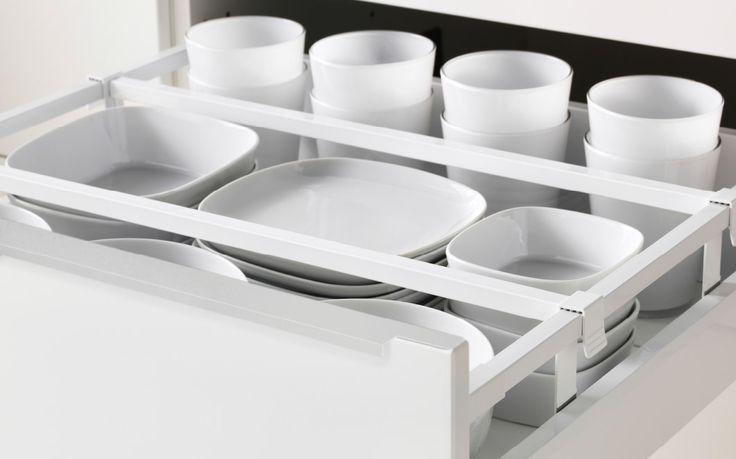 Nahaufnahme einer IKEA Küchenschublade, organisiert durch MAXIMERA Trennsteg für mittlere Schublade weiß/transparent. In der Schublade ist weißes Geschirr angeordnet.