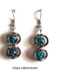 Boucles d'oreilles en perles de verre bleues turquoises reflets dorés et fushia et cadre ovale en métal argenté
