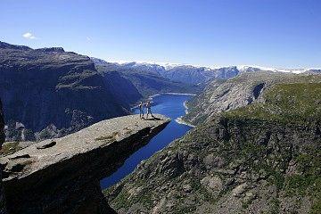 Trolltunga over Ringsdalsvatnet med utsikt mot Folgefonna. - Foto: Bergen Turlag