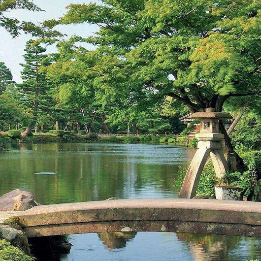 Lanterna votiva nel giardino Kenroku-en | Kanazawa, il fascino feudale del #Giappone http://www.viaggidellelefante.it/tours/201_grantour-del-giappone Le strade su cui si affacciano le case signorili, gli antichi quartieri del piacere, il castello e il magnifico giardino Kenrokuen, ne fanno una delle mete più affascinanti. Kanazawa è anche un vero e proprio scrigno dell'artigianato artistico: ci sono i kimono di seta Kaga-Yuzen, le ceramiche di Kutani e Ohi, le lacche Wajima trattate sia in…
