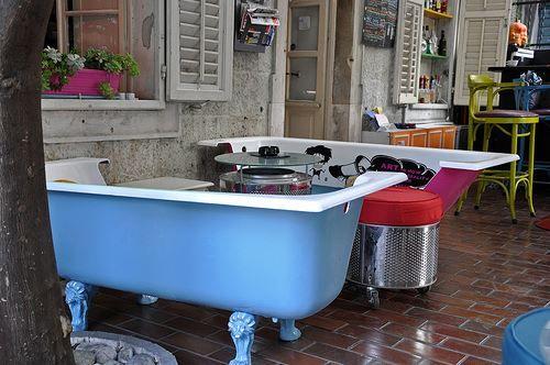 """Świetna aranżacja patio! Zdecydowalibyście się na podobne rozwiązanie? Która z wanien naszej oferty najlepiej nadawałaby się na """"sofkę"""" ? :)"""