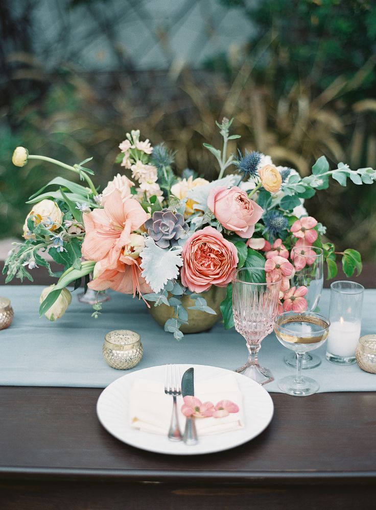落ち着いた色合いの素敵なテーブル装花