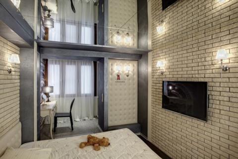 Зеркальный потолок в сочетании с кирпичной стеной