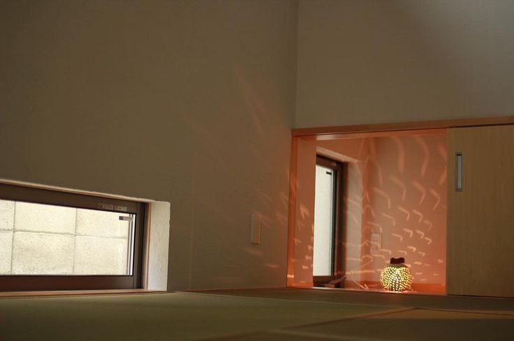 インナーテラスのある家の和室は玄関の土間横にあります . 来客時に皆で集まったり来客に泊まって頂く空間 他の洋室となじむ和室としています . 客間として使う和室は他の洋室と馴染むような内装をご希望でした 壁天井を他の部屋と同じシラス壁とし洋室と同じく建具はシナのフラッシュ戸にしています