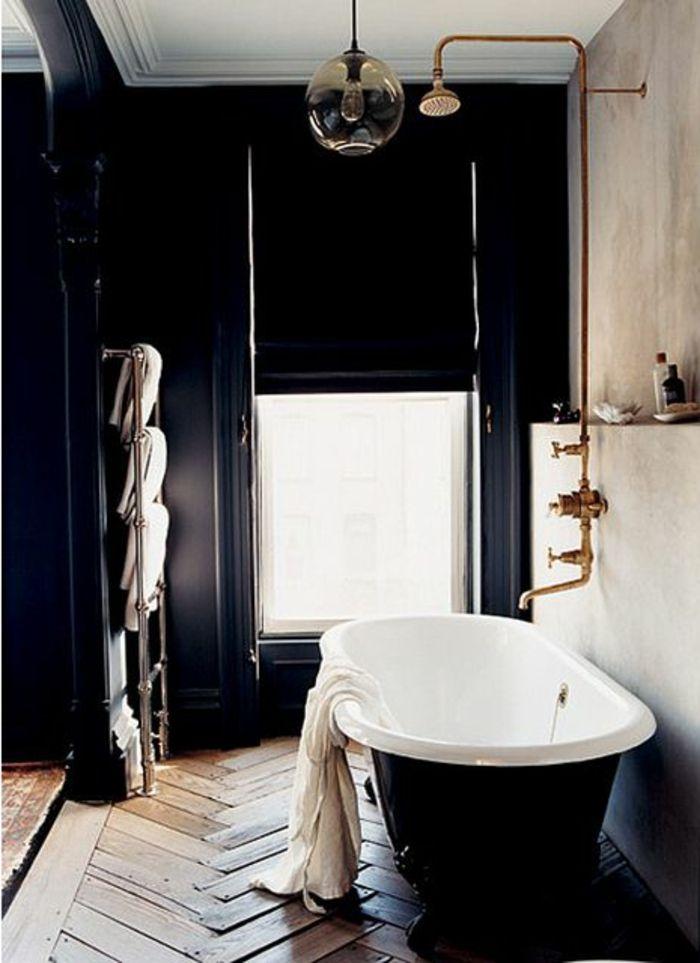 salle de bain avec parquet, mur noir, salle de bain ancienne, lampe en forme de boule