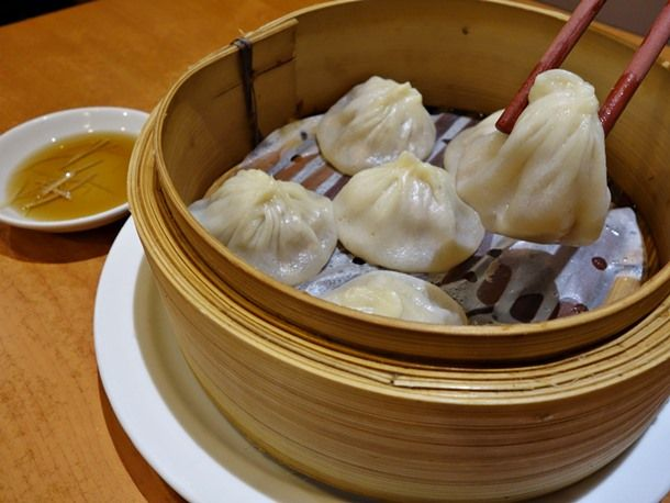 xiao long bao at long's noodle house (seriouseats writer claims they are better than din tai fung's. this pic looks promising!)