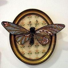Papillon en fil de fer et papier présenté dans un cadre ovale ancien