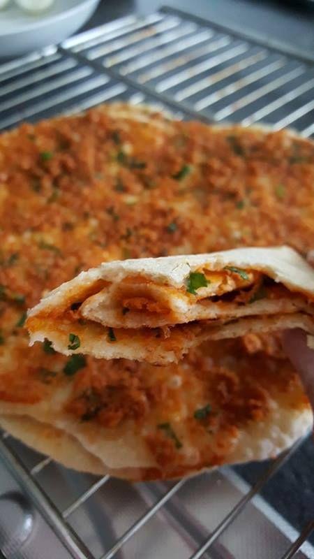 Aujourd'hui, je partage avec vous une recette de Fadyme, ma copine Kurdequi propose des recettes de temps en temps sur marciatack.fr. Pour cette fois-ci, laissez moi vous présenter une recette de pizza Turque que l'on appelle aussi le Lahmacun. La particularité de cette pizza Turque est que c'est une pizza très fine cuite dans une poêle avec un couvercle. Elle est toujours accompagnée de citron, d'une salade et d'ayran (boisson fraîche à base de yaourt légèrement salé) et...
