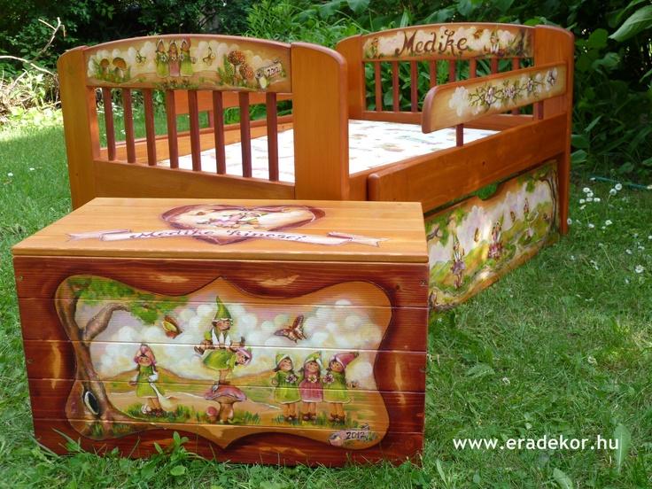 Ágy és játéktároló láda - Medike névreszóló tömörfenyő festett hosszabbítható gyerekágy ágyneműtartóval, leesésgátlóval. Fotó azonosító: AGYMED15
