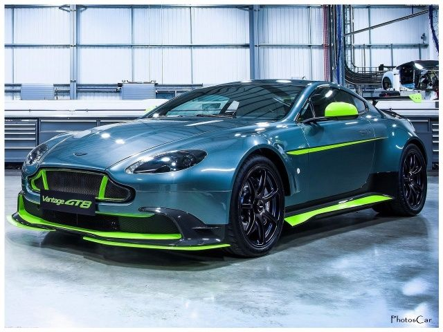 Voir cette 2017 Aston Martin Vantage GT8 sur PhotosCar Automobiles du Monde: Côté style, la « petite » Aston s'inspire directement de l'endurance puisqu'elle reprend les attributs des voitures de course engagées en WEC (championnat du monde d'endurance). L'immense aileron et les nombreux spoilers aérodynamiques s'accompagnent d'une sérieuse perte de poids. Grâce à des jantes en magnésium, un échap...