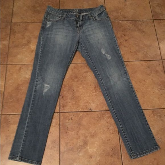Apt 9 skinny jeans Perfect jean for boots or heals especially when you want a nice neutral jean that will enhance your favorite shirt or boots. Size 6 so they dont fit me anymore but in perfect condition Apt. 9 Jeans Skinny