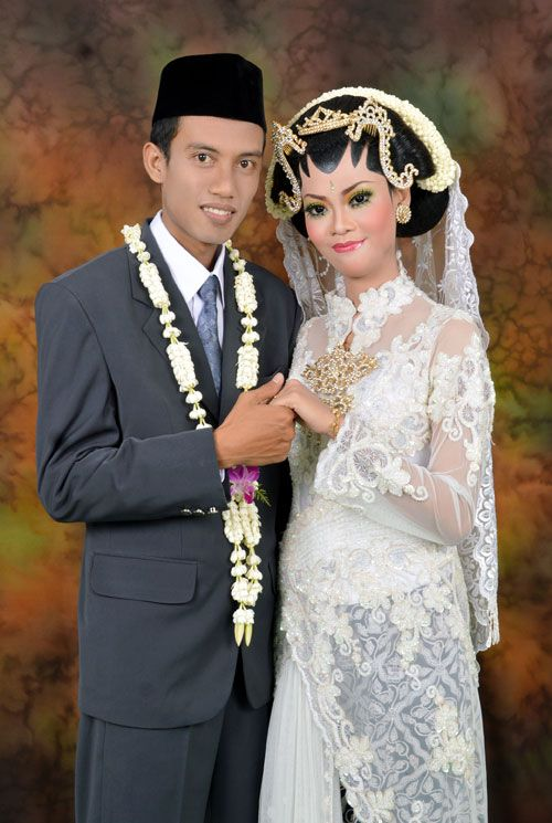 javanese wedding, white kebaya and jarik, sanggul, make up.