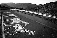 Graffiti en una carretera en la región de Pallars Jussa en Cataluña, España