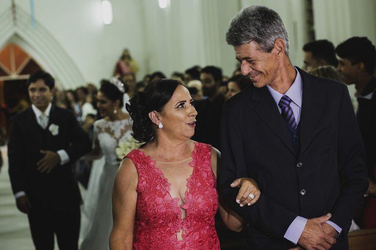 Após o consentimento dos pais, Ricardo pai de Nayara e a mãe de Adelson trocam olhares e se encaminham para o altar para receber os noivos