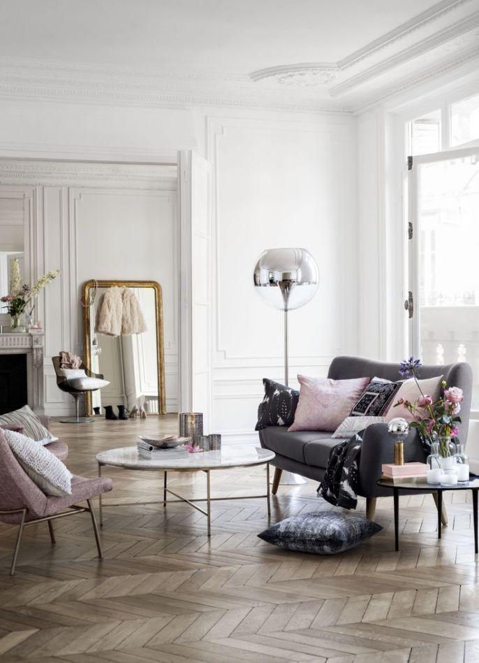 Vardagsrum: soffa, kuddar, soffbord i marmor osv
