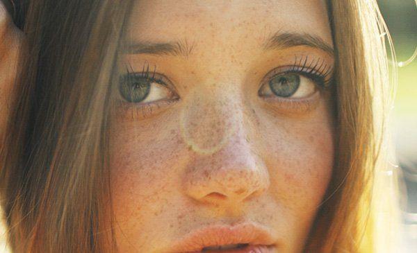 El Plano detalle en el retrato recoge una pequeña parte del cuerpo, que no necesariamente se tiene por qué corresponder con el rostro. En esta parte se concentra la máxima capacidad expresiva, y los gestos se intensifican por la distancia mínima que existe entre la cámara y el protagonista, permitiendo enfatizar el detalle que deseamos resaltar.