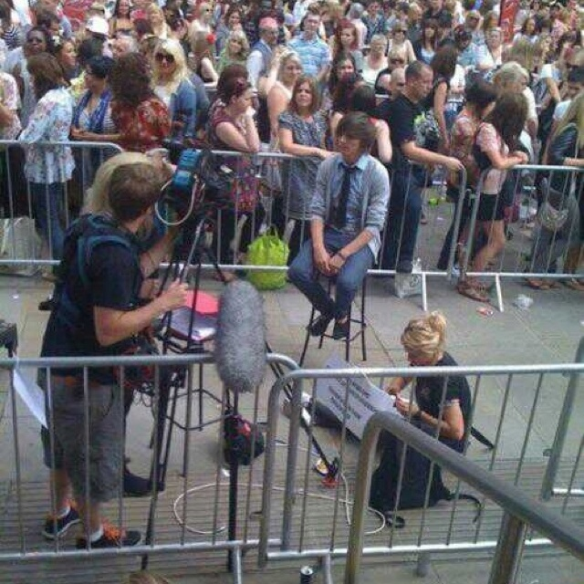 even if we didn't know this was from the x factor, you could tell how old it is because the people behind the gate aren't flipping out trying to touch him haha :): Three Years, Ago Today, Onedirectioncontest Info, Louis Audit, 3 Years, One Direction, Direction Infectionaffect, Direction 2010, Louis Tomlinson