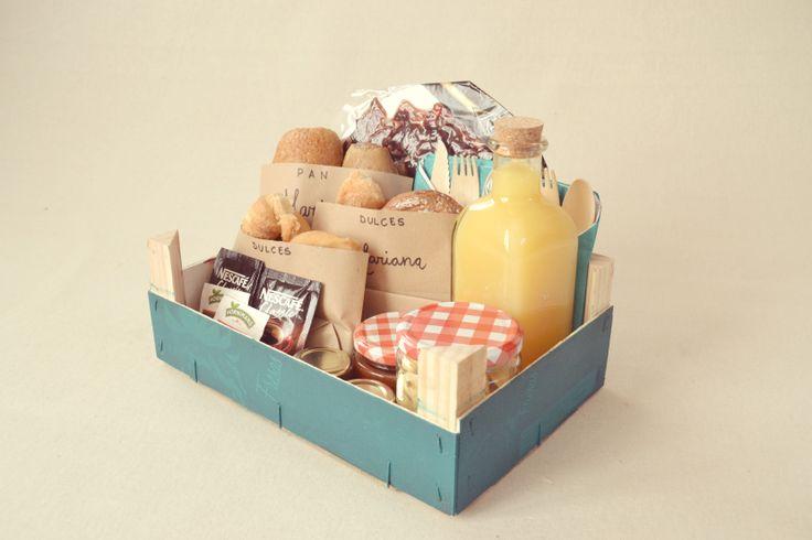 Nuestros desayunos vienen presentados en una caja de fruta, incluyen dos servilletas y dos juegos de cuchillo y cuchara de madera. Desayunos a domicilio