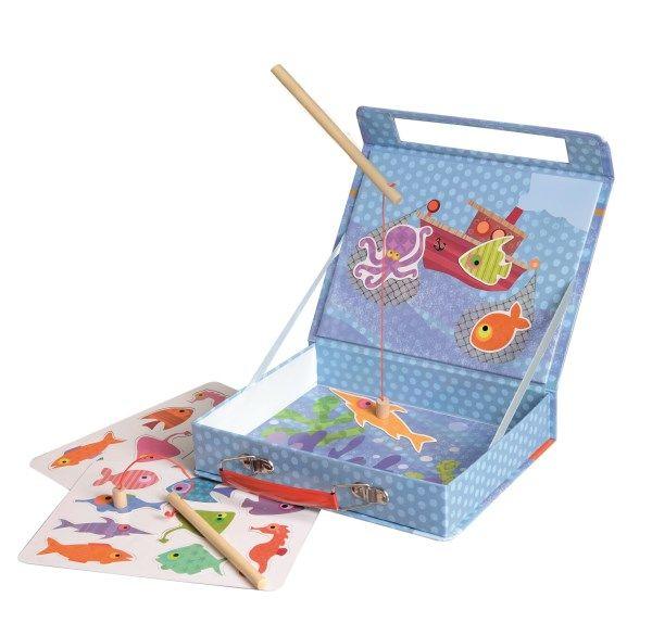 JUEGO MAGNÉTICO PECES Este juego de pesca magnético en caja de cartón es ligero y fácil de llevar a todas partes. En el interior hay 2 cañas de pescar y 18 peces magnéticos. Recomendado para más de 3 años Medidas aproximadas: 22 X 17 X 4,5 cm PVP: 19,25 € #juegodepescainfantil #juegomagnetico http://www.babycaprichos.com/juego-magnetico-peces.html