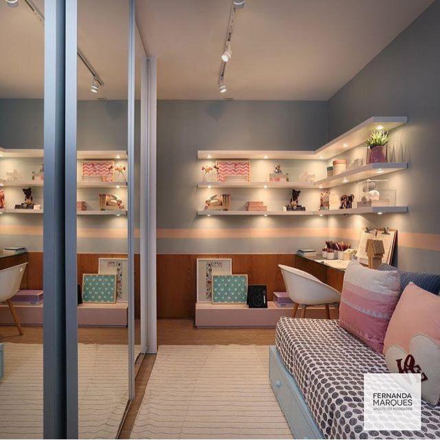 Prateleiras com iluminação embutida e armário com espelhos deixam o quarto um arraso <3