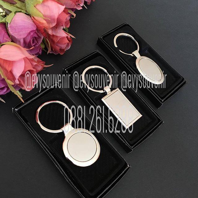 Souvenir Gantungan Kunci Stainless dengan kemasan box hitam, nama bisa disablon…