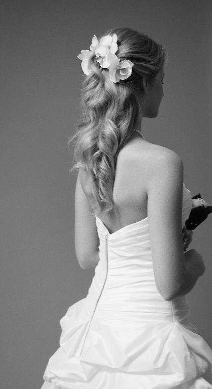 kampaus hääkampaus juhlakampaus hiukset puoliksi kiinni kiharat hiuskoriste kukka kukat valkoinen