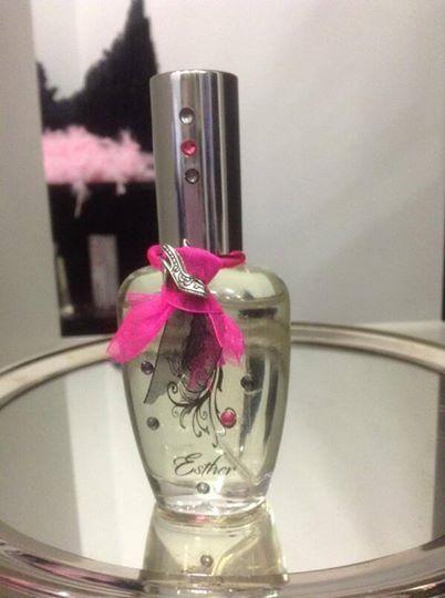 Diseñar tu perfume y ponerle tu nombre es posible. Siéntete única o haz que se esas personas que quieres se sientan únicas. #diseñatuperfume #perfume #diseño #tiendasconencanto
