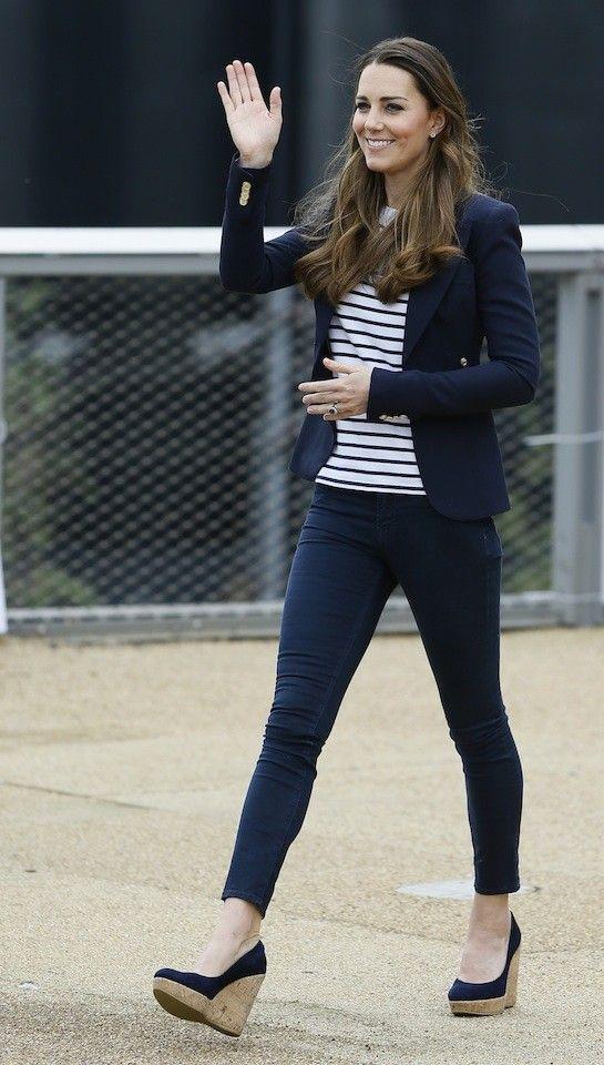 Kate middleton look casual. Blazer azul marino, camiseta a rayas, jeans pitillo elásticos.