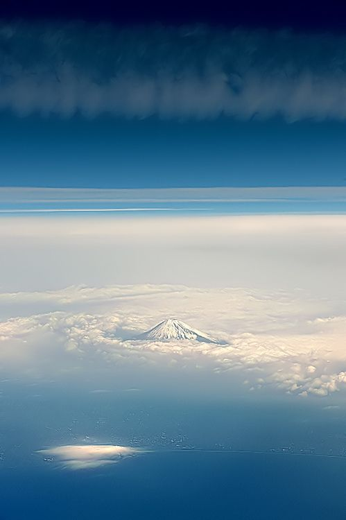 Mount Fuji (by 5348 Franco leaving ciao)    with its 3776 m altitude greets those arriving in Tokyo    (via fasciner:)