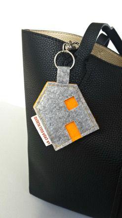 """Questo elegante portachiavi in feltro fa parte della nostra collezione """"Sweet Home"""" che raccoglie una piccola produzione di oggetti per la casa e la persona, tutti fatti a mano.   - 16674868"""