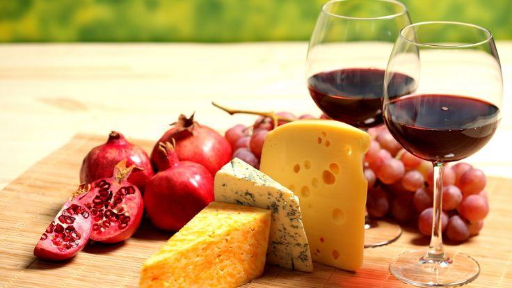 Granadas, quesos y vino. Alimentos que potencian el sabor del vino tinto.