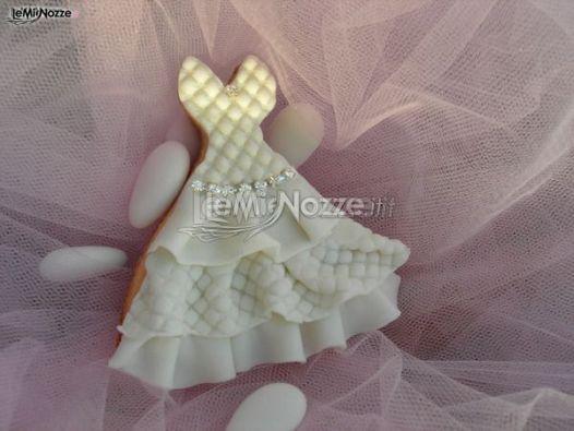 http://www.lemienozze.it/gallerie/torte-nuziali-foto/img32556.html Delicato biscotto da abbinare alla torta nuziale, a forma di abito da sposa