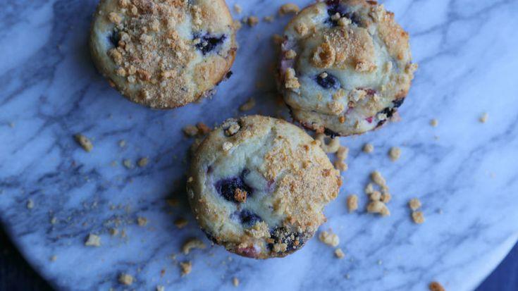 Estos muffins con arándanos azules y ruibarbo son el mejor desayuno para llevar o una merienda perfecta para acompañar una taza de café caliente.
