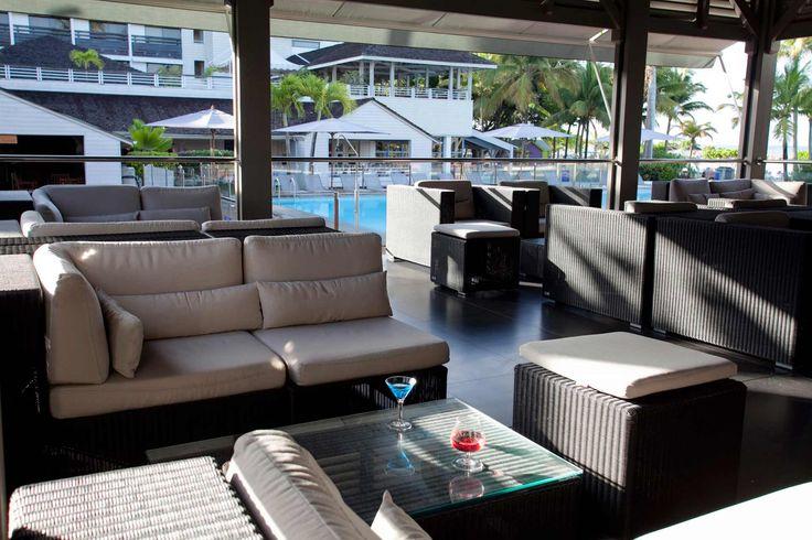 La Creole Beach Hotel and Spa, vous dégusterez votre cocktail tropical au bar La Rhumerie en bord de plage. Des vacances de rêve !