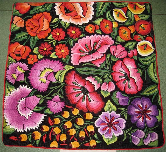 What a pretty hooked rug these big flowers would make - so different from traditional hooked rugs with small flowers... (Oaxaca @Af's 12/3/13)