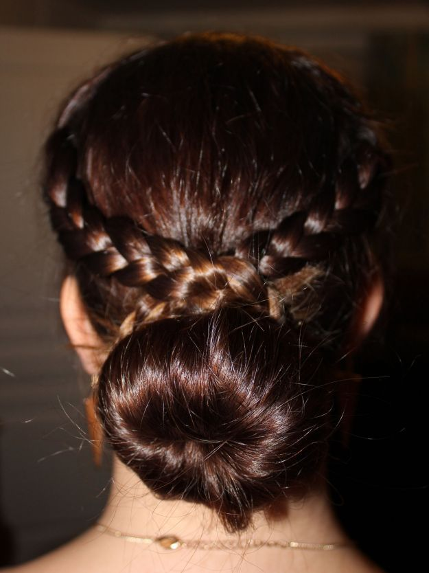 Прическа на 1 сентября - пучок с венком из кос ::: onelady.ru ::: #hair #hairs…